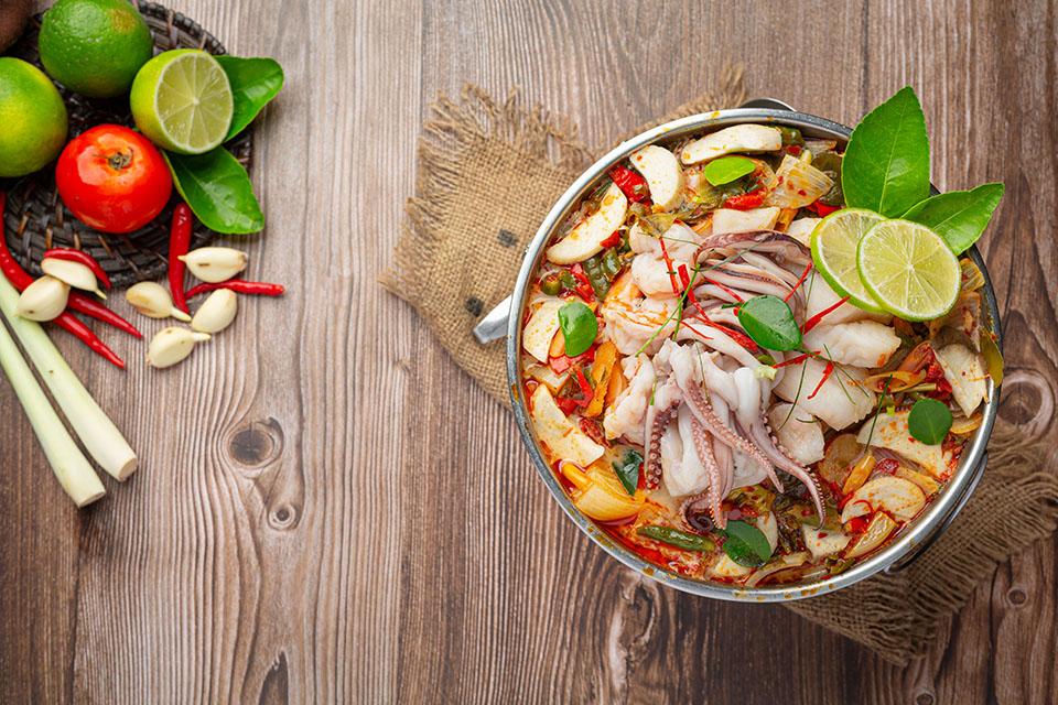 """Cách nấu lẩu Thái """"siêu ngon"""" chua cay đơn giản tại nhà với gói gia vị nêm sẵn"""