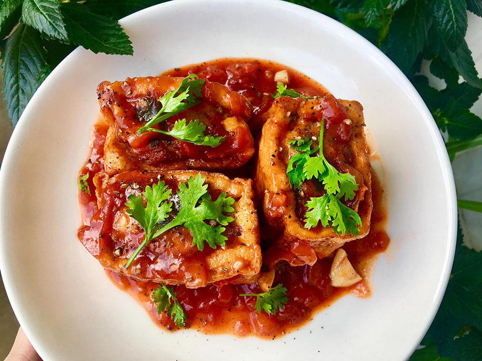 Món đậu phụ nhồi thịt sốt cà chua, bột thịt heo đậm đà