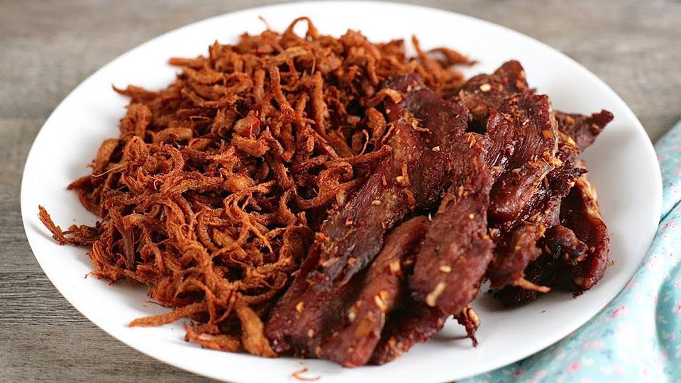 Thịt heo khô thơm ngon với bột hạt điều đỏ